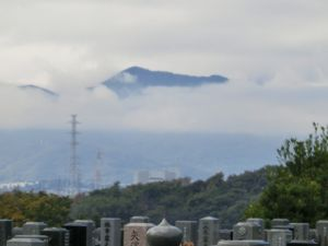 雲間の山.jpg